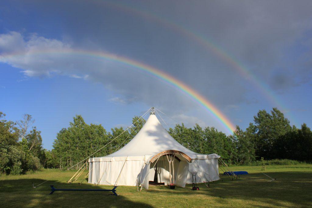 Tältet under dubbla regnbågar. Foto Friedel Weiser